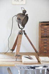 Golvlampa/Bordslampa - Studio lamp - Old wood look - 85 cm - www.frokenfraken.se