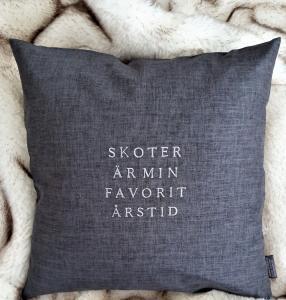 Kuddfodral - Skoter är min favoritårstid - Grå - 50 x 50 cm - www.frokenfraken.se