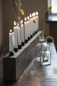 Ljusstake - Bordsljusstake i trä - 10 st julgransljus - 73 x 9 x 5 cm - www.frokenfraken.se