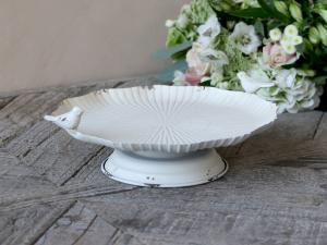 Dekorationsfat på fot- Fågel - Antik Creme - 8 x Ø25 cm - www.frokenfraken.se