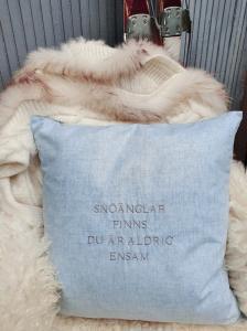 Kuddfodral - Snöänglar finns du är aldrig ensam - Ljusblå - 50 x 50 cm - www.frokenfraken.se