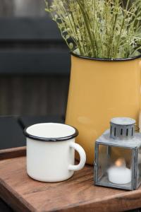 Mugg - Emalj - Butter Cream - 9,5 x 8 x 11,5 cm - www.frokenfraken.se